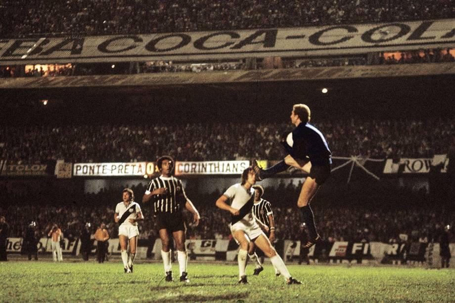 Lance no jogo entre Corinthians e Ponte Preta, na final do Campeonato Paulista, no Estádio do Morumbi, em 1977