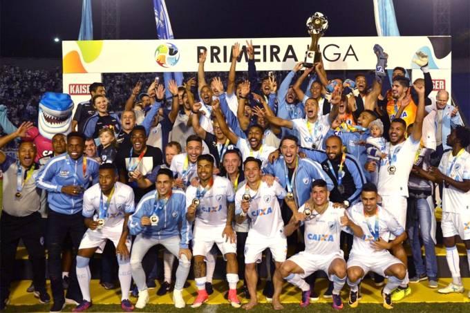 Jogadores do Londrina comemoram o título de campeão da Primeira Liga