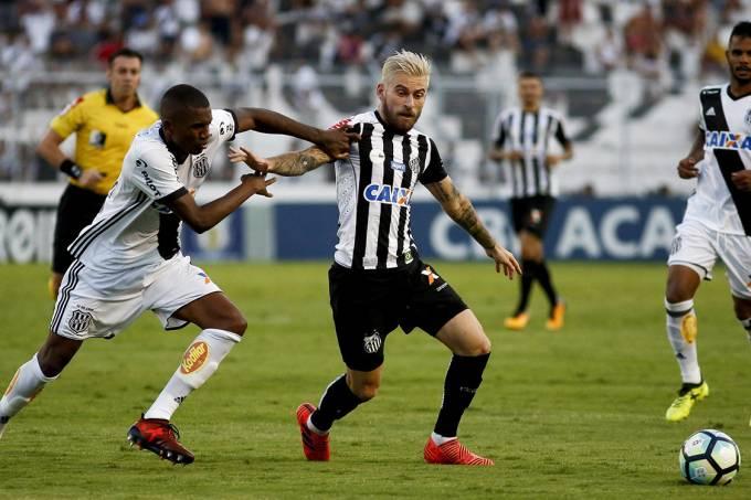 Disputa de bola na partida entre Ponte Preta e Santos, pelo Campeonato Brasileiro, em Campinas