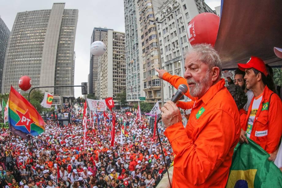 Lula discursa no centro do Rio de Janeiro, durante a passagem de sua caravana pelo estado.