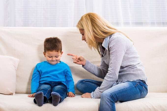 Mãe brigando com o filho