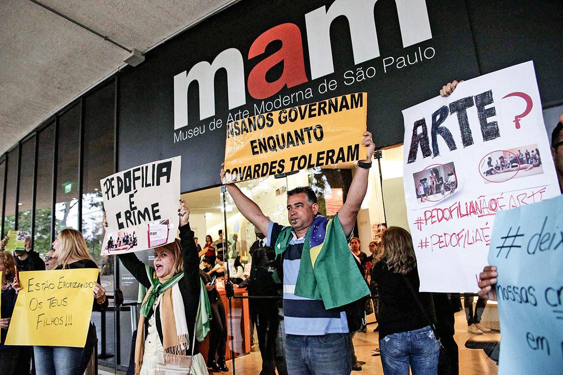 SÃO PAULO,SP,29.09.2017:PROTESTO-CONTRA-ARTISTA-NU-MAM-PEDOFILIA - Protesto denominado contra a pedofilia e a erotização infantil, na frente do Museu de Arte Moderna (MAM), em São Paulo (SP), nesta sexta-feira (29). A polêmica acontece após uma menina acompanhada de sua mãe, serem filmadas tocando no pé do artista fluminense Wagner Schwartz que se apresentou nu, durante o 35º Panorama da Arte Brasileira. (Foto: Renato S. Cerqueira/Futura Press/Folhapress)