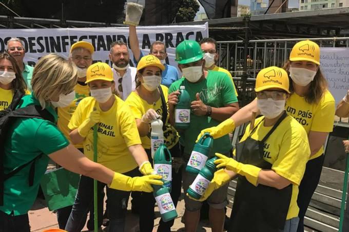 """Integrantes do Movimento Vem Pra Rua Minas """"limpam"""" a Praça da Estação, em Belo Horizonte, por onde Lula passou"""