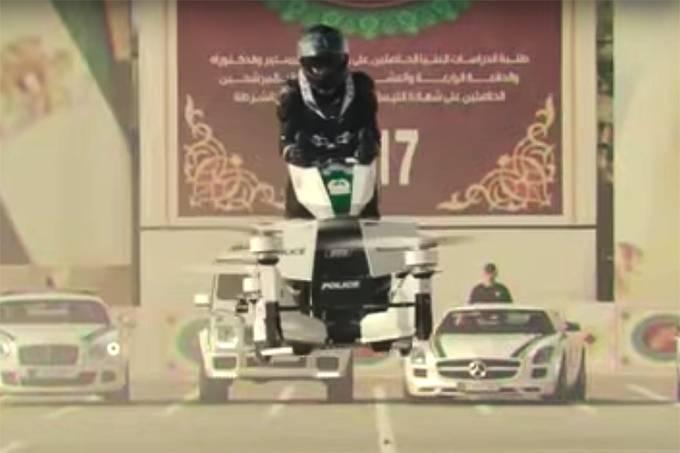 Policial voando na moto
