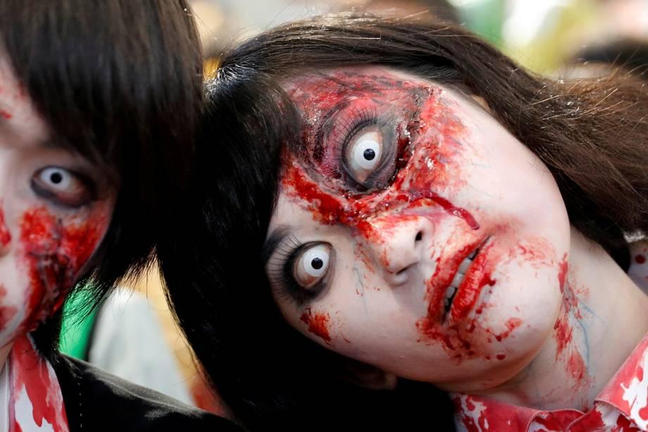 Pessoas se caracterizam de zumbis durante evento de Halloween em Kawasaki, sul de Tóquio, no Japão - 29/10/2017