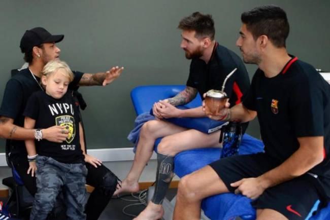 Neymar e o filho Davi Lucca visitam Suárez e Messi no CT do Barcelona