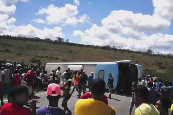 Ônibus aparece tombado na BA-42, na região da Chapada Diamantina, Bahia