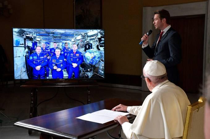 Papa em conferência com astronautas da EEI