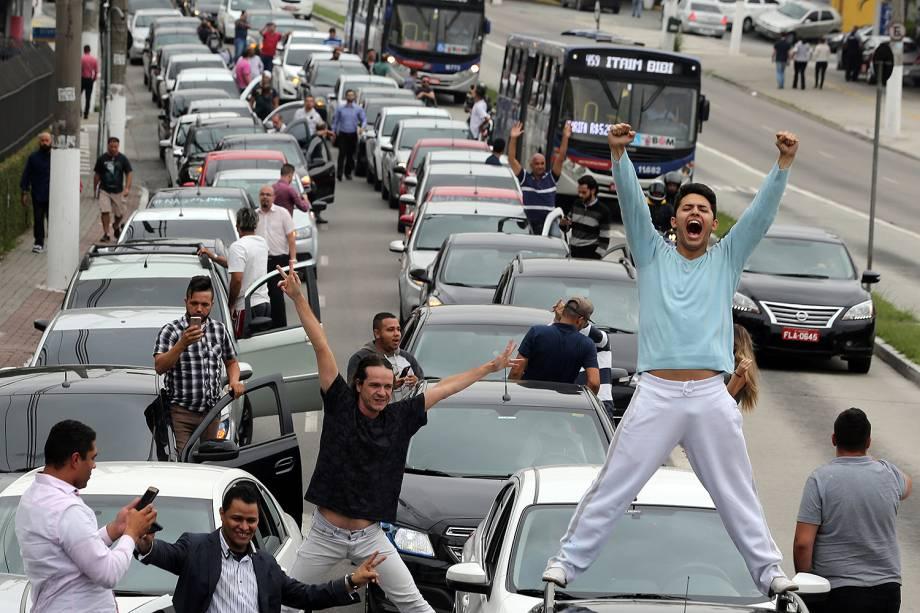Motoristas de Uber e outros aplicativos fazem manifestação pelas ruas da cidade contra a regulamentação dos aplicativos, em São Paulo - 30/10/2017