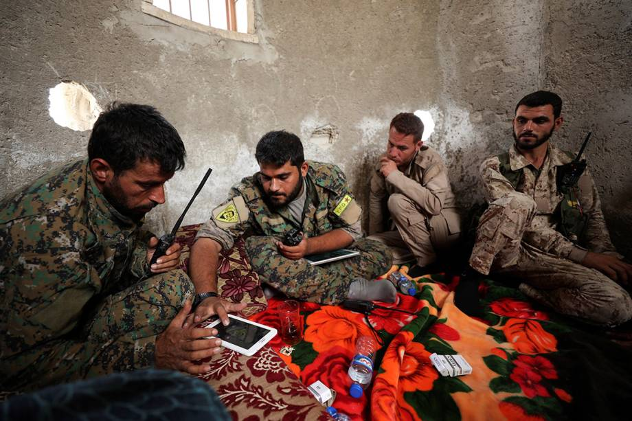 Soldados das Forças Democráticas Sírias descansam em uma base na cidade de Raqqa, Síria - 25/09/2017