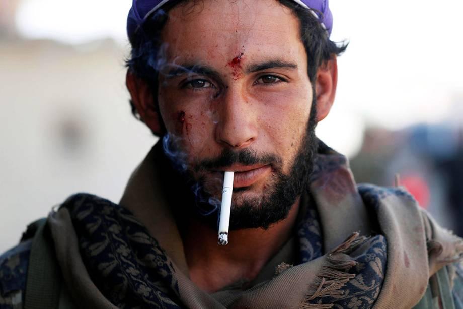 Soldado das Forças Democráticas Sírias ferido por estilhaços durante combate com o Estado Islâmico, em Raqqa - 01/10/2017