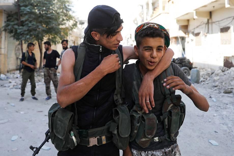 Soldados jovens das Forças Democráticas Sírias brincam entre si durante batalha contra militantes do Estado Islâmico, em Raqqa - 01/10/2017