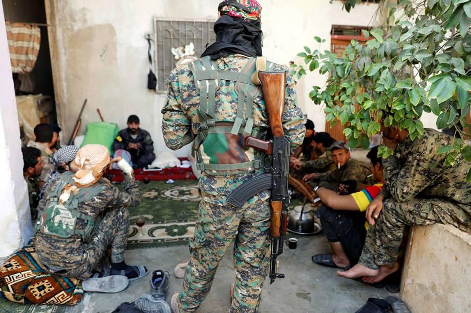 Soldados das Forças Democráticas Sírias se reúnem em base improvisada em uma casa na cidade de Raqqa, durante batalha contra militantes do Estado Islâmico - 01/10/2017