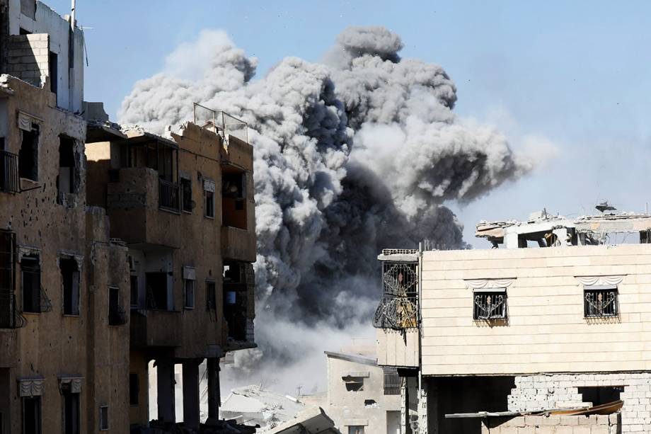 Fumaça é vista na posição do Estado Islâmico, após um ataque aéreo das forças de coalizão, próximo ao Estádio de Raqqa - 04/10/2017