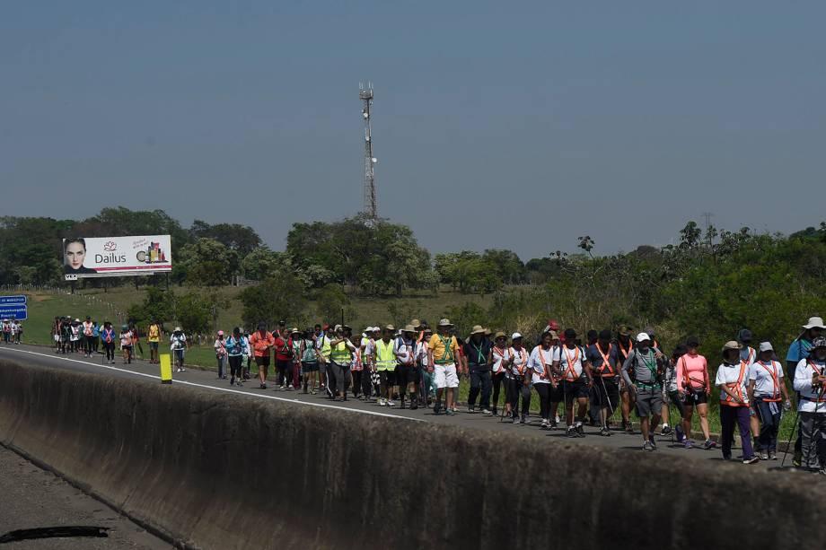 Romeiros caminham pela rodovia Dutra até a Basílica de Nossa Senhora Aparecida