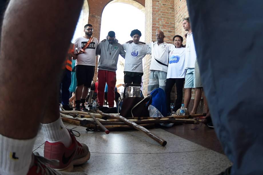 Romeiros fazem oração após concluirem caminhada até a Basílica de Nossa Senhora Aparecida