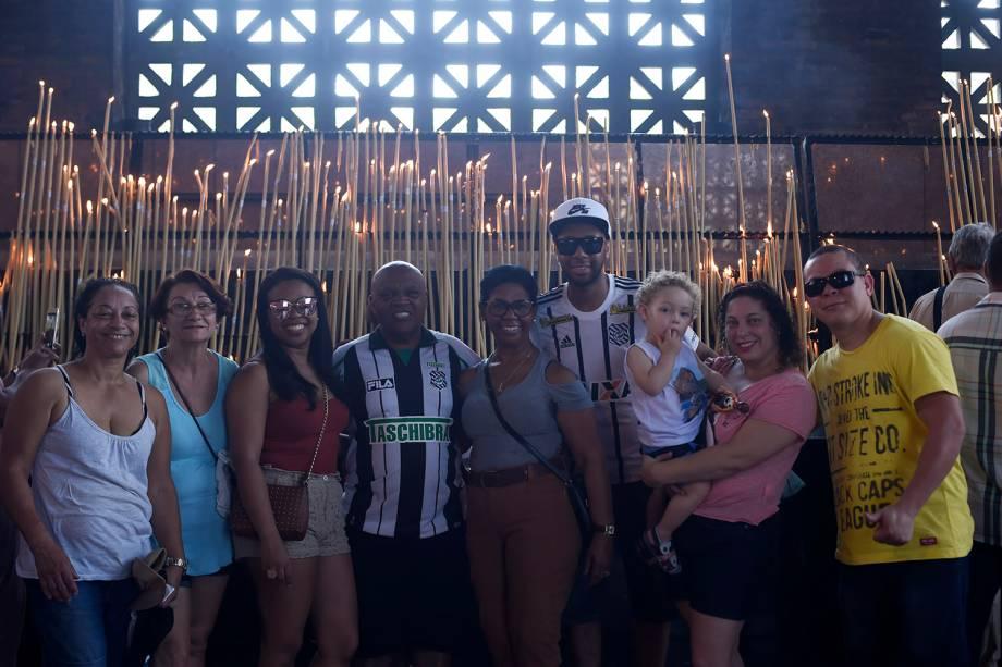 Família de Florianópolis posam para a foto após acenderem vela na Basílica de Nossa Senhora Aparecida
