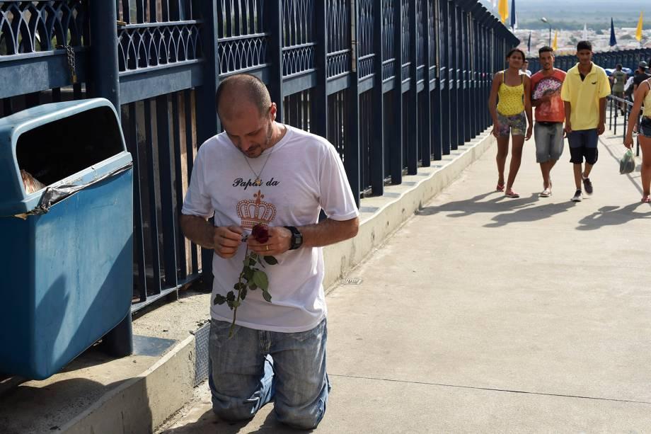 Fiel paga promessa de joelhos na passarela de 392 metros que liga a Basílica Velha até o Santuário Nacional