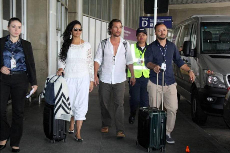 Ator Matthew McCounaghey e Camila Alves chegam ao Brasil para casamento de Michelle Alves e Guy Oseary