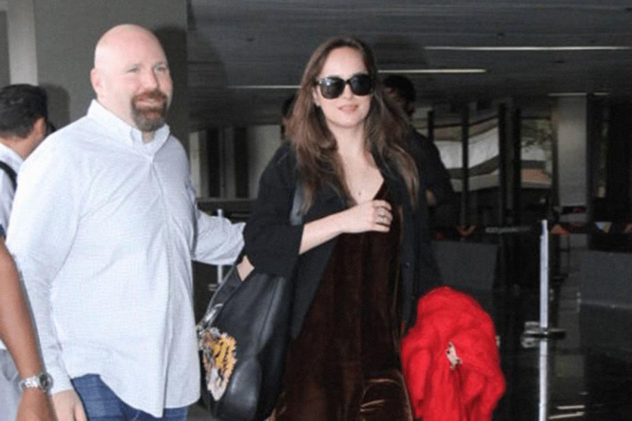 Dakota Johnson chega no Rio de Janeiro para casamento de Michelle Alves e Guy Oseary