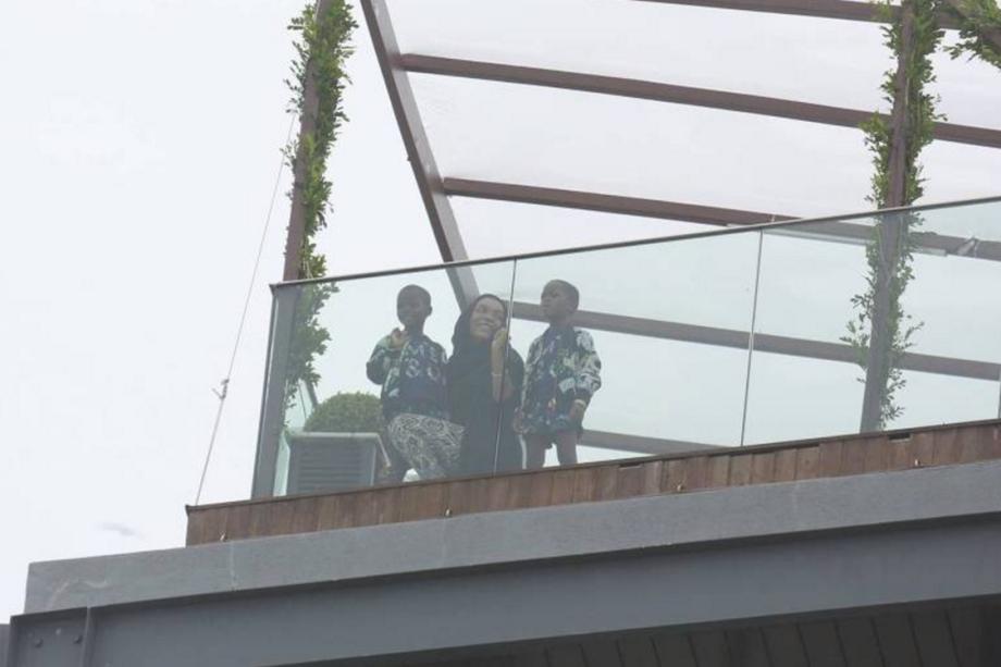 Filhas de Madonna aparecem em terraço do Hotel Fasano no Rio de Janeiro