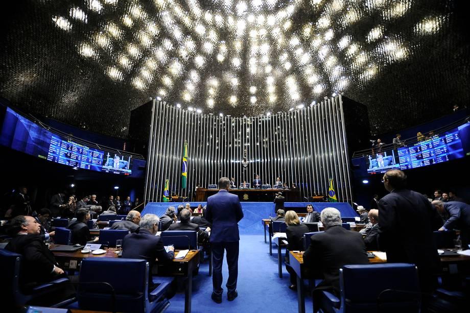 O senador Eunício Oliveira durante sessão do plenário para decidir se o Senado Federal pode reverter a decisão da primeira turma do Supremo Tribunal Federal (STF), sobre o afastamento do senador Aécio Neves, no Senado Federal em Brasília (DF) - 03/10/2017