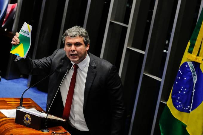 Em discurso, senador Lindbergh Farias (PT-RJ)