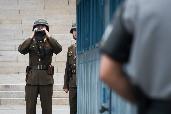 Soldado norte-coreano usa binóculos na fronteira com Coreia do Sul  – 13/10/2017