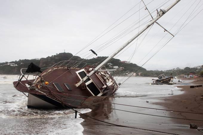 Barcos são arrastados para a costa de San Juan durante a passagem da tempestade tropical Nate, em Nicarágua – 06/10/2017