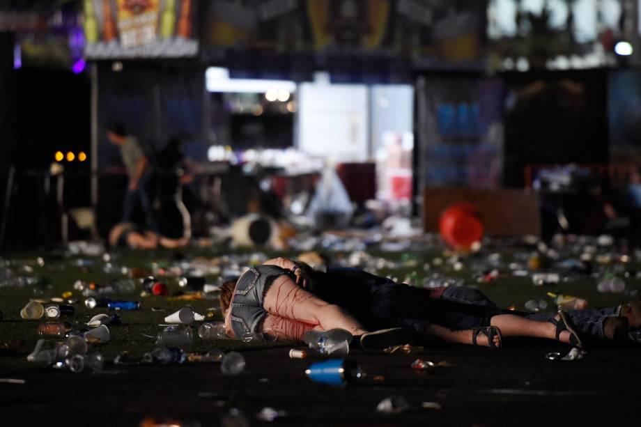 Corpos cobertos de sangue ficam no chão após um ataque a tiros durante um festival de música country em Las Vegas, no estado americano de Nevada - 02/10/2017