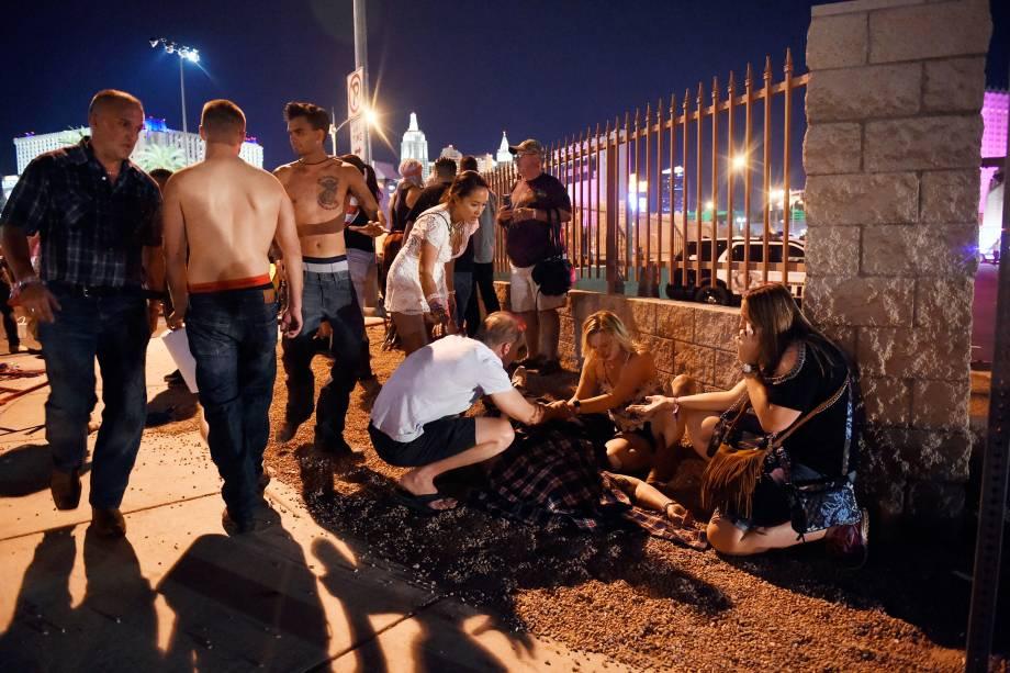 Pessoas socorrem feridos após um ataque a tiros durante show de música country em Las Vegas, no estado americano de Nevada - 02/10/2017