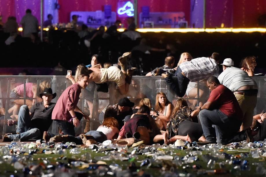 Público procura abrigo para se proteger dos tiros durante um ataque em um show em Las Vegas nos Estados Unidos - 02/10/2017