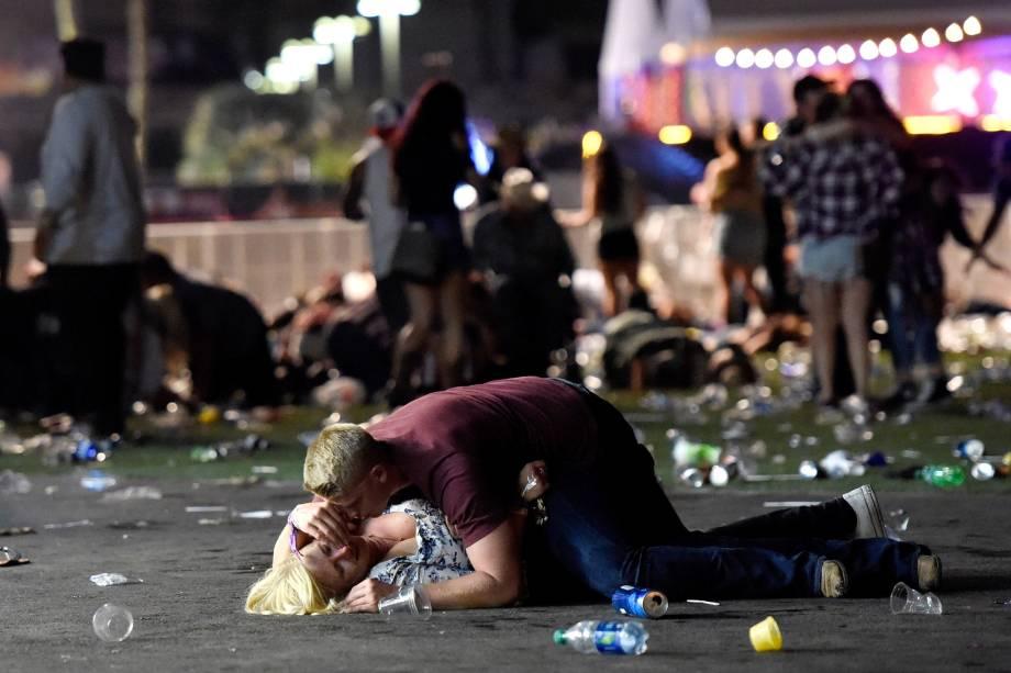 Homem abraça uma mulher ferida após um ataque a tiros durante um festival de música country em Las Vegas, nos Estados Unidos - 02/10/2017
