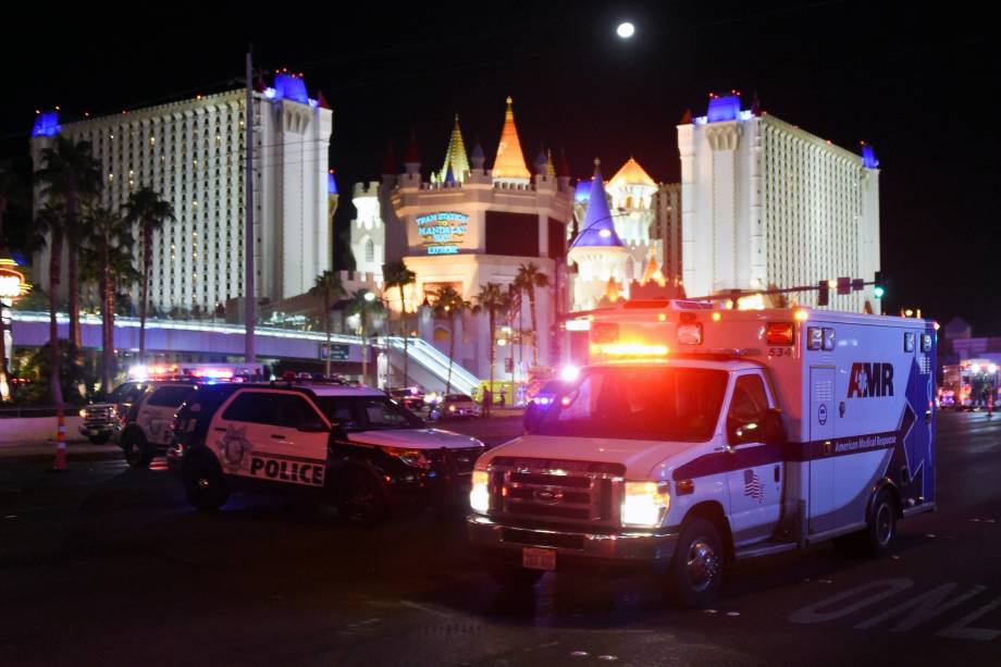 Ambulância sai do cruzamento da Las Vegas Boulevard e Tropicana Avenue após um atirador abrir fogo contra o público que assistia um festival de música country em Las Vegas - 02/10/2017