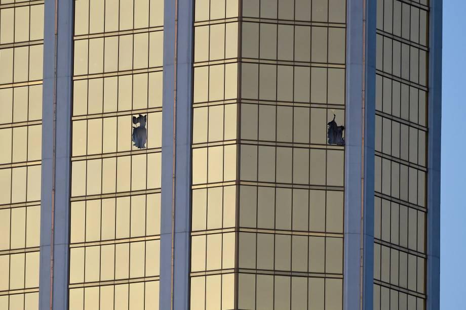 Janelas quebradas são vistas no 32º andar do Mandalay Bay Resort and Casino depois que um homem armado abriu fogo contra o público que assistia um festival de música country em Las Vegas, no estado americano de Nevada - 02/10/2017