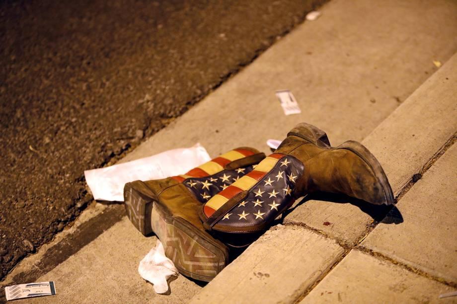 Um par de botas de cowboy é fotografado perto do local onde um atirador abriu fogo contra uma multidão em um festival de música country em Las Vegas, nos EUA - 02/10/2017