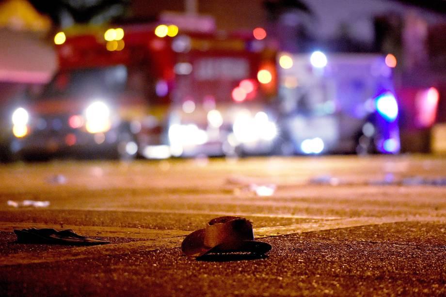 Um chapéu de cowboy é visto na rua após um tiroteio durante o festival country 'Route 91 Harvest', que acabou com 50 mortos e mais de 200 feridos