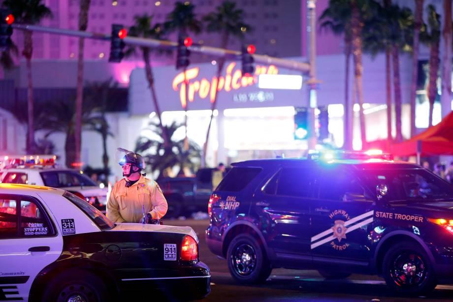 Agente da polícia de Las Vegas permanece na área de um ataque a tiros no cruzamento da Avenida Tropicana e do Las Vegas Boulevard South durante um festival de música country - 02/10/2017