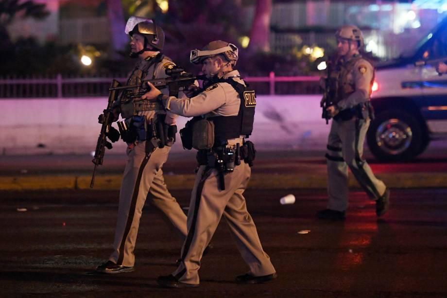 Oficiais de polícia apontam suas armas para um carro na Avenida Tropicana em Las Vegas Boulevard depois de um atirador abrir fogo contra as pessoas durante um festival de música country deixando dezenas de mortos - 02/10/2017