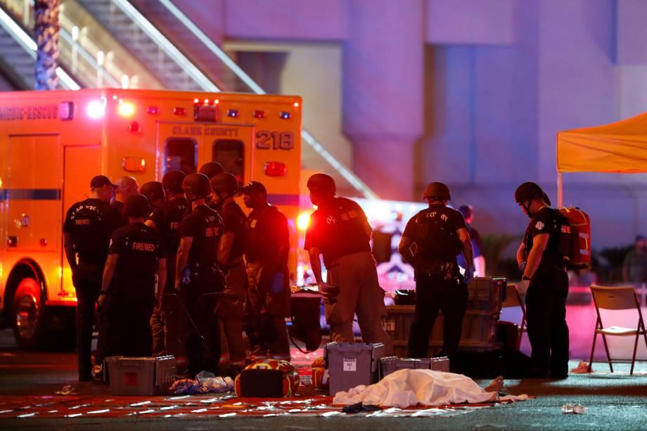 Corpo é coberto no cruzamento da Avenida Tropicana com a Las Vegas Boulevard South depois de um tiroteio durante um festival de música em Las Vegas, nos Estados Unidos - 02/10/02017
