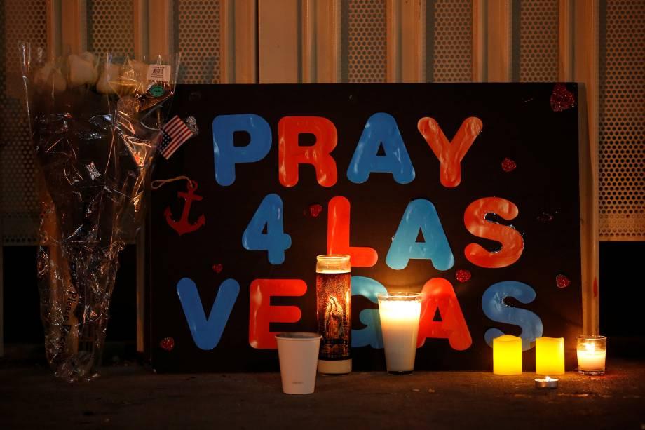 Uma placa pedindo orações é vista próximo ao local do show country onde um atirador matou 59 e deixou 500 feridos - 03/10/2017