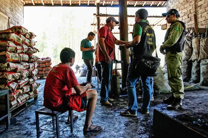 É CRIME – Fiscais flagram irregularidades em carvoaria: o Brasil era tido como referência no combate ao trabalho escravo