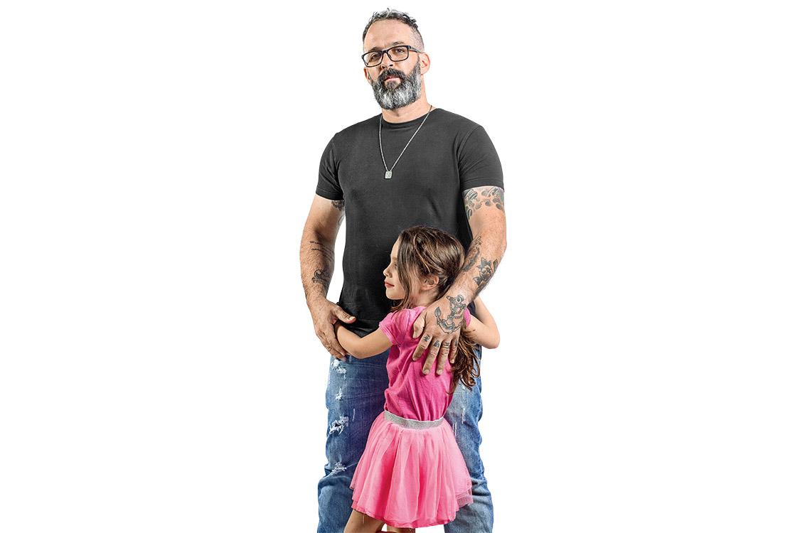 Anderson e sua filha trans Carolina em matéria da revista Veja (Foto: Reprodução / Jone Roriz/VEJA)