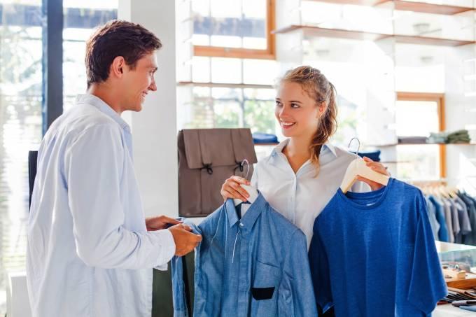 Vendedor em uma loja de roupas