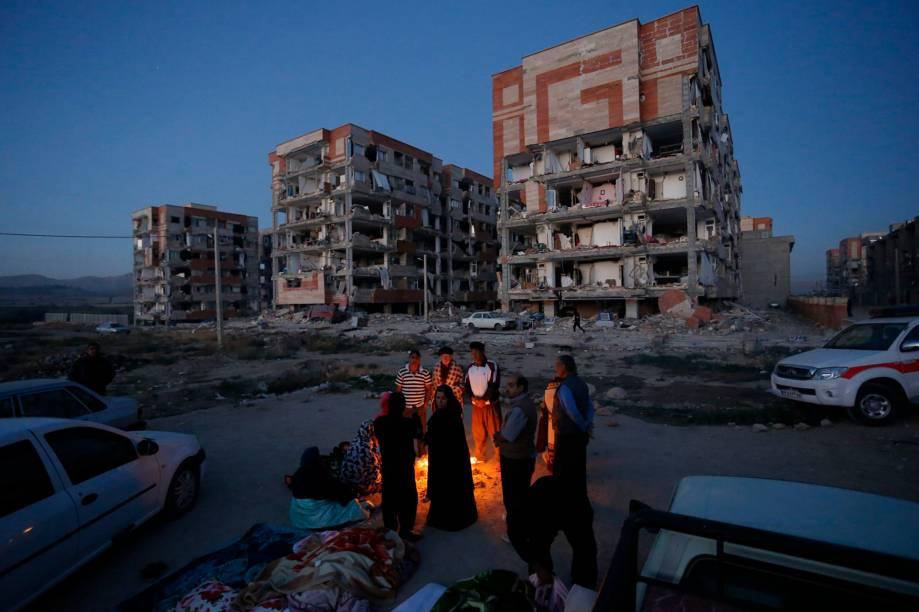 Moradores se juntam ao redor de uma fogueira em uma área aberta após um terremoto em Sarpol-e Zahab, na província de Kermanshah, no Irã - 13/11/2017