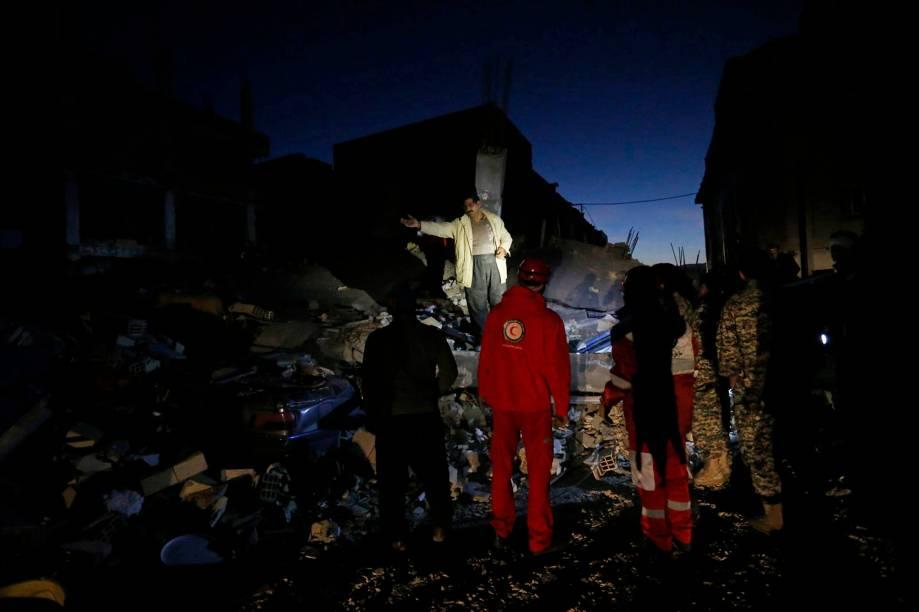Equipes de resgate realizam trabalhos de busca após um terremoto em Sarpol-e Zahab, na província de Kermanshah, no Irã - 13/11/2017