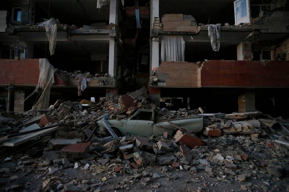Veículo fica completamente destruído embaixo dos escombros após um terremoto em Sarpol-e Zahab, na província de Kermanshah, no Irã - 13/11 /2017