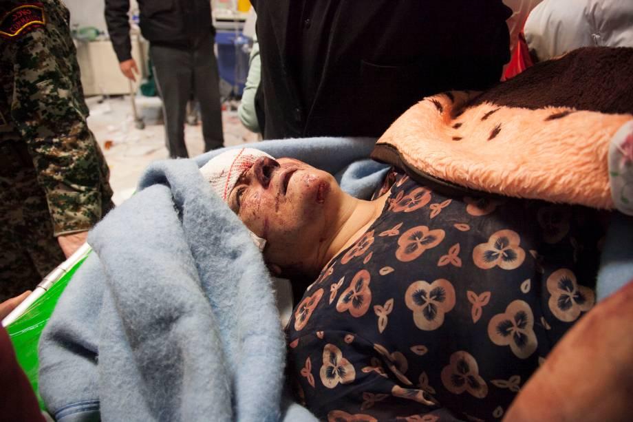 Vítima recebe tratamento em um hospital após um terremoto em Sarpol-e Zahab, na província ocidental de Kermanshah, no Irã 13/11/2017