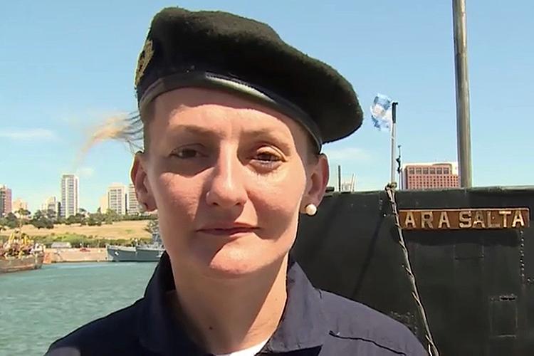 """Eliana Krawczyk é a única mulher a bordo. Ela se inscreveu na Escola Naval e, em 2012, tornou-se a primeira submarinista sul-americana. Aos 35 anos, é a chefe de Armas do ARA San Juan.Sobre sua condição de única mulher no submarino, disse que se sentia à vontade, em uma entrevista antes de embarcar. """"Sempre vivi bem, e sempre gostei. Não tive nenhum freio, nem intervenção de ninguém. E nunca tive qualquer problema. Durmo com dois companheiros no mesmo camarote. Sou a única mulher a bordo e me sinto bem, contente e feliz"""", contou."""
