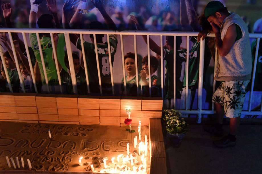 Pessoas participam de uma cerimônia em homenagem às vítimas e sobreviventes do voo Lamia 2933 no primeiro aniversário do acidente de avião na Colômbia, que abalou o clube de futebol brasileiro Chapecoense, em Chapecó, Santa Catarina - 28/11/2017